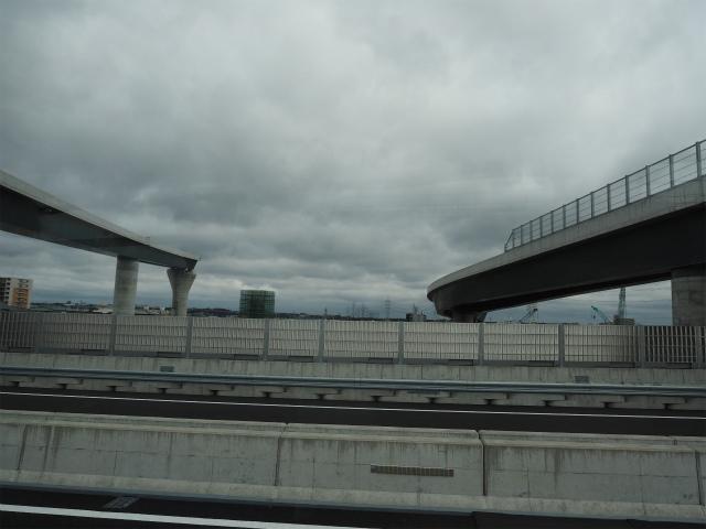 工事現場の見学会を終えて昼食が準備してある会場へ向かいます。新東名本線の橋脚は見当たらず。