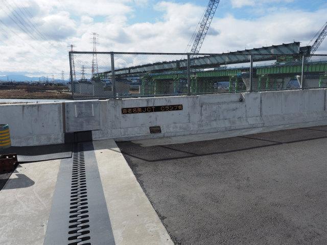 銘板にはCランプ橋と書かれています。高欄には照明用の凹みも見受けられます。