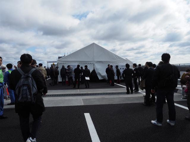 テントの中で開通式が行われているようです。