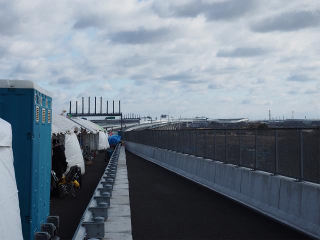 人がわんさかいるので、仮設ガードレールから茅ヶ崎方面。橋脚のスパンが広くなったあたりが東海道新幹線で、一番高い場所が寒川北インター付近かと。