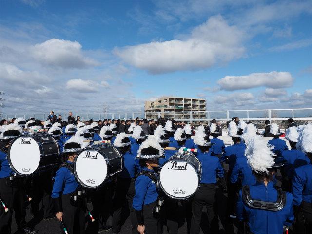 テープカットの演奏準備。雨の予報が風が強いながらも青空になり、青いユニホームが印象的でした。