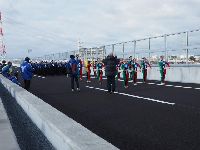 パレード終了後は演奏しながら吹奏団も移動。路肩で狭い思いをしていた、バトン?の人達も少しは動きやすそう。