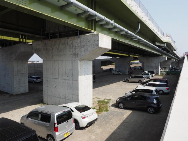 仕事帰りに見に来ていた時期は橋脚どまりでしたが、いつの間にか桁が載って完成。それでも約2年遅れました。