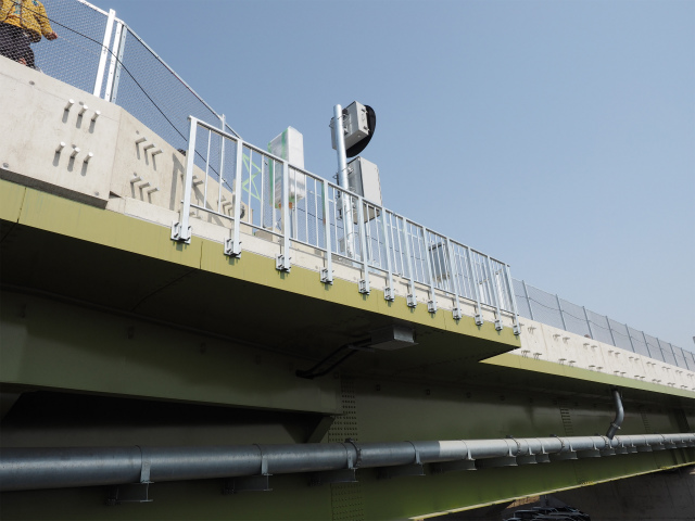非常電話です。高架橋なので退避スペースが限られています。故障や事故の際は特に注意が必要です。
