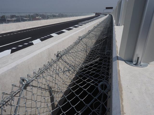 身を乗り出して。高架橋の中間部分は落下防止の金網が張ってあります。五霞方面への車線は合流部先端になっています。