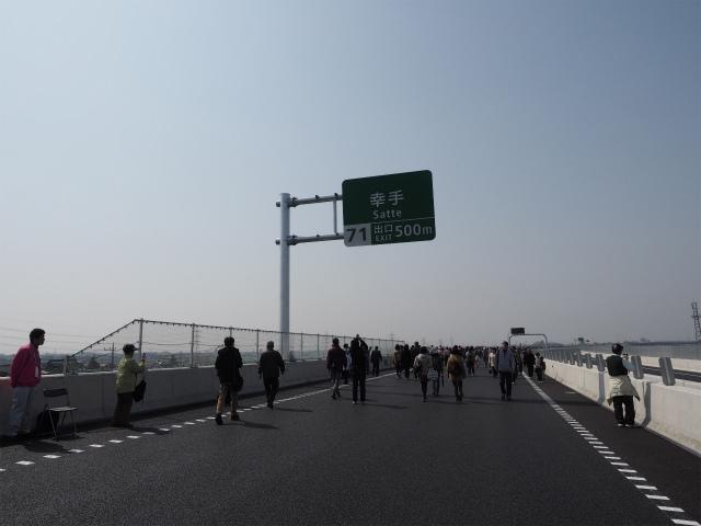 裏側から見た標識を正面側から。既存の高速道路が同一市内になく、境界付近でもないため、純粋な自治体名がインターの名称に使われています。