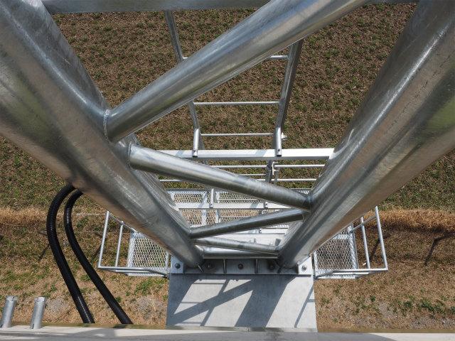 広域情報などを表示する型標識の取り付け部分。メンテナンス用のはしご部分には転落防止の囲いとかないんですね。