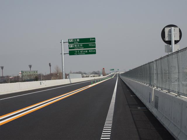暫定2車線区間は路肩も狭く、大型車などが故障で停まると幅が足りないため、通行止めになりやすくなります。