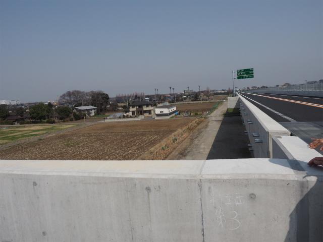 五霞方面側高架橋の端部。茨城県内の早期開通区間では、橋脚まで作られても上部工事が行われず、放置されている暫定2車線区間もあります。