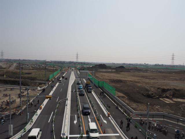 幸手インターにアクセスする埼玉県道383号惣新田幸手線も工事中。茨城側はすぐに料金所となりますが、東北道側は幸手インター連絡線を介して利用します。