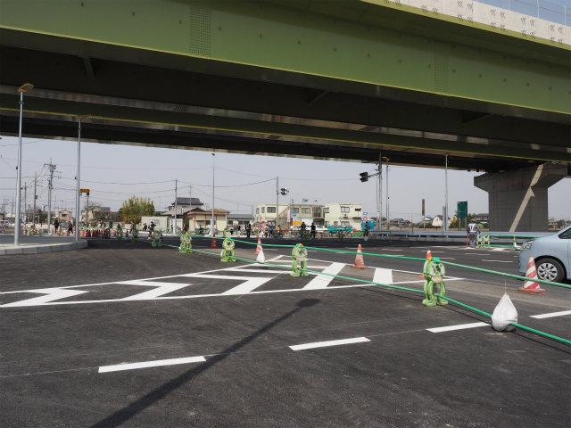 埼玉県道383号惣新田幸手線との交差点。側道は片側二車線の立派な造りです。