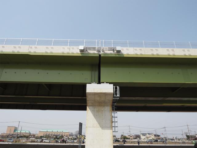 交差点を超える部分は、箱桁でその他の部分はI桁が採用されています。橋脚上で接続するため、橋脚も厚みがあります。