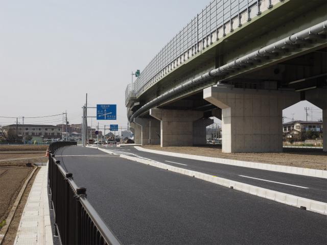 片側二車線から一車線に絞り、右左折や直進の車線に分かれます。