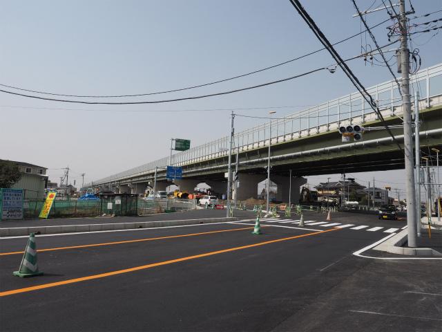 側道と埼玉県道318号並塚幸手線の交差部。