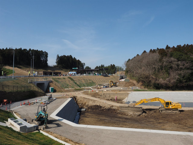 貯水池かと。まだまだ工事中です。4月24日に発表されましたが、6月7日日曜日に、神崎インターと大栄JCTの間は開通となりました。