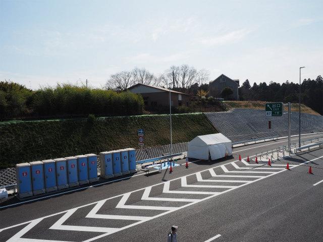 逆方向の成田側を。まだ本線の盛り土工事が始まる前に目印にしていた家がありました。
