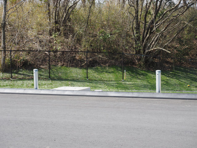 立ち入り防止柵。柵の下を掘って侵入する動物がいますが、これは隙間を狭くしてあるたタイプ。