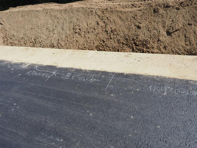 路面に何か書いてあります。まだまだ工事中。
