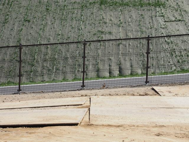 立ち入り防止フェンス。ロードキル対応済み。