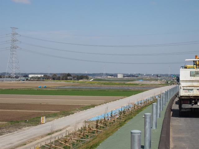 神崎インターのランプや管理施設が見えます。