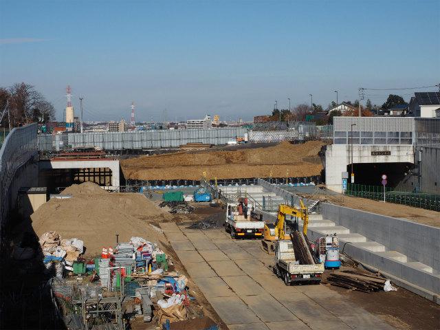 左側が用地の都合上、工事が遅れていた一般部。