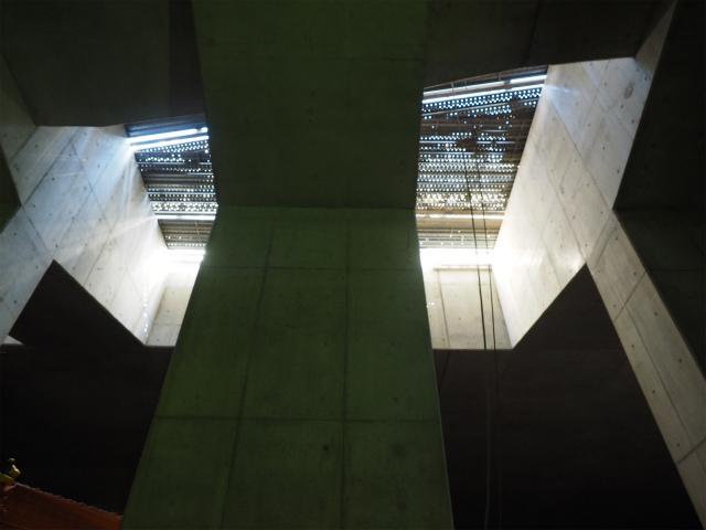 スリット状の空間、ここから空気の換気や、外部から日光を取り入れています。