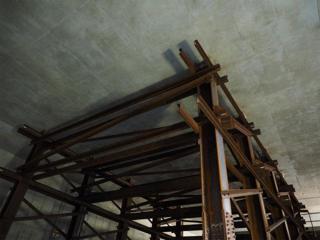 鉄骨と天井のコンクリートの狭い間に型枠が入っていたのが信じられない。