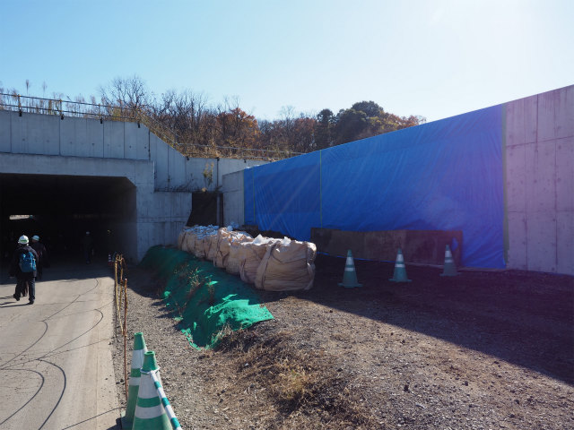 右側が専用部。左の開口部は小塚山トンネルの一般部となります。