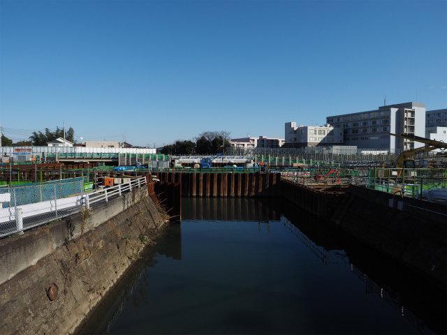 須和田の真間川改修現場。奥には架け替えられた橋が見えます。