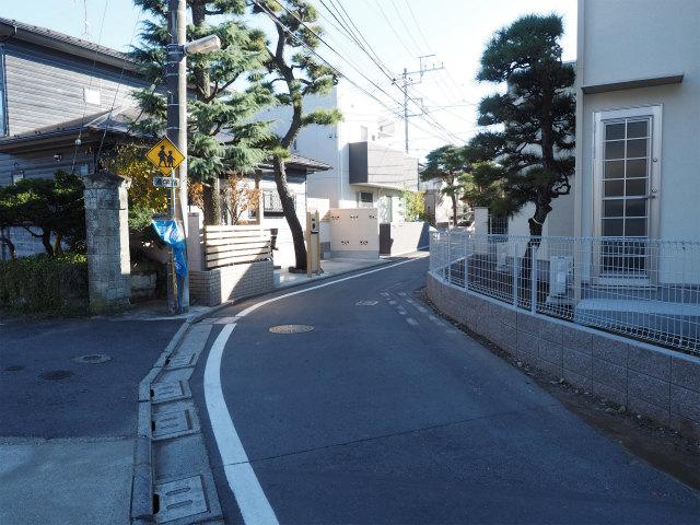 京成菅野駅へ向かう道。とても狭いです。