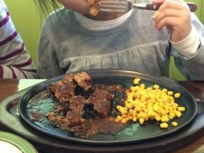 子供も食べるカロリーハウスのハンバーグ