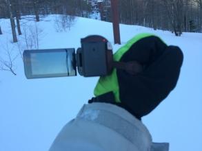 スノボを滑りながらビデオカメラの左手持ち