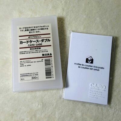 このカードケースのポイントは開きが「ダブル」なところ。 本来は自分の名刺といただいた名刺を分けて入れるのですが、郵活的には…