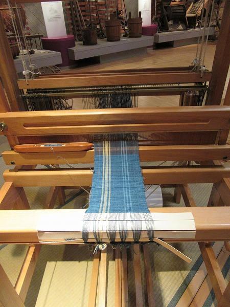 藍染めで染めた糸で織る 27.4.21