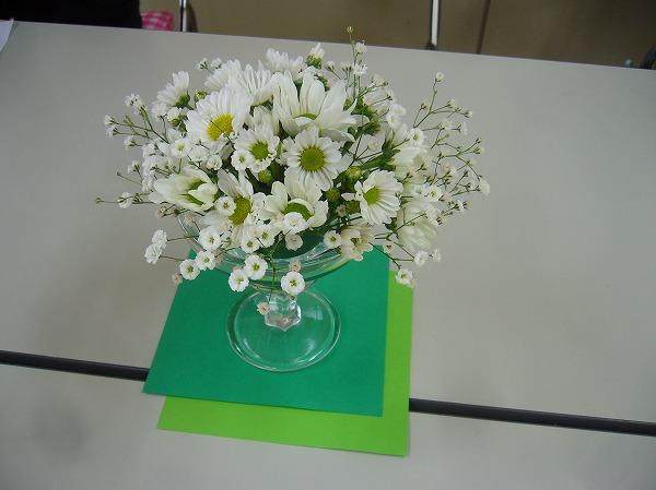 テーブルに清楚な花 27.3.17