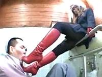 【ブーツ踏み】 赤ブーツでおじちゃんの顔を踏みにじる