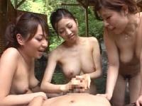 3人の混浴痴女にチンポをしゃぶり抜かれる