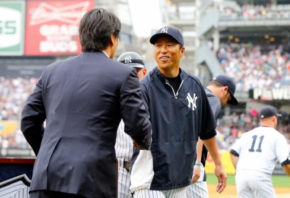 引退セレモニーで松井と握手をする黒田