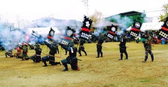 長篠・設楽原の戦いの鉄砲隊再現(高山城戦国合戦まつり)