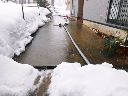 02 500 20141226 Path beside Snowful LL-garden well-water