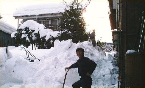01a 500 20010119雪下ろし直後の父と私