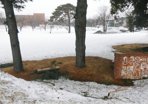 01 500 20150223 記念碑脇に土が