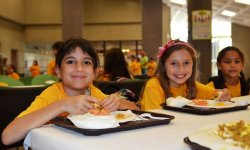 174 Summer_kids_eat_lunch