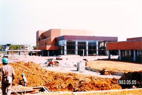05 600 19830505 文化ホール建設中
