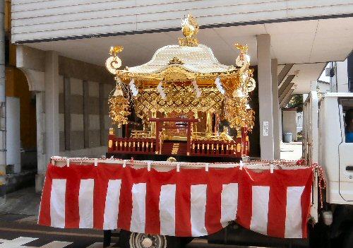 08 500 20150502 風祭 神主ご訪問03神社神輿on a truck