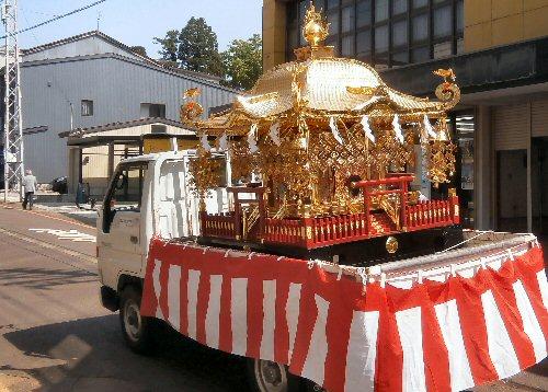 09 20500 150502 風祭 神主ご訪問04神社神輿on a truck02