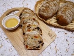 3種のフルーツライ麦パン