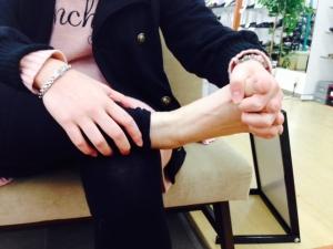 足指握手中