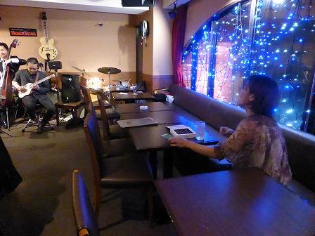 vo川崎達彦g村山義光 b石川翔太 ライブを観覧中のvo小柳淳子さん