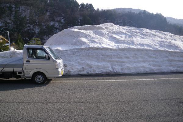 切立道路脇の雪